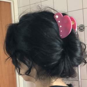 Detaljerad hårklämma, form som ett hjärta med pärlor med guld detaljer. Helt nyskick. Mycket stark/bra grepp , alla hårtyper. 100 kr eller bud