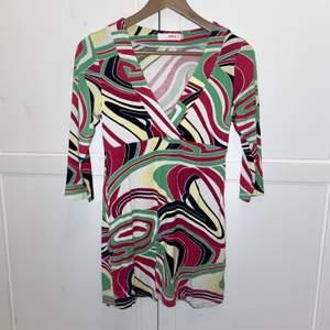 Kort trekvartärmad klänning i mönster men vringad omlotturringning. Jättebekvämt och bra material.  Kampanj: KÖP 3 BETALA FÖR 2
