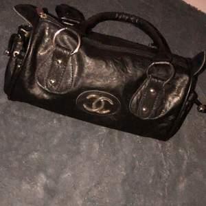 Super gammal så vintage Chanel väska tror att den är fake om ja it minns fel men fått den från en nära så vet inte riktigt.