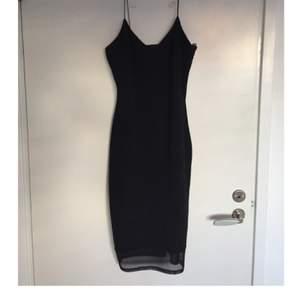 Svart midi klänning i strl M från RiverIsland med meshtyg nertill. Smala axelband och låg i ryggen. Inga dragkedjor. Använd en gång, nypris 600 kr.