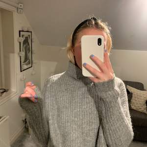 Säljer denna supermysiga gråa stickade tröjan. Bra skick och snygg!! Frakt ingår inte i priset💞