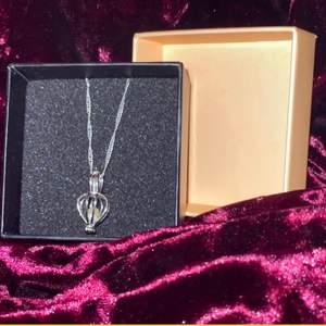 Säljer denna fina halsband med riktig pärla i, buren går att öppna och stänga! Frakt tillkommer! Endast hänget säljs.