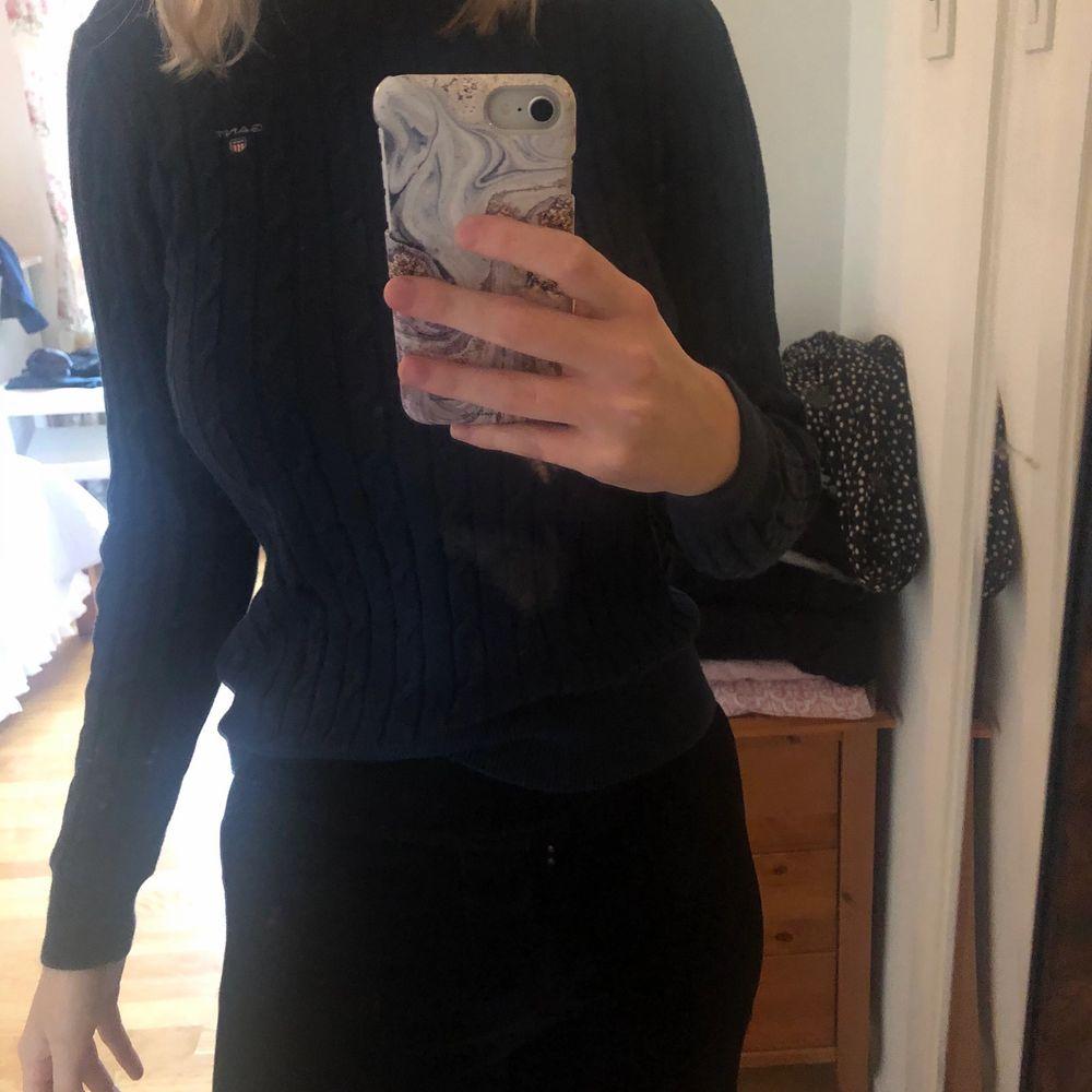 Stickad tröja från Gant. Kvaliten är som ny, bara använd fåtal gånger. Storleken är S. Färgen är marinblå. Stickat.