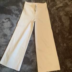 Ett par jeans från HM helt oanvända storlek:34.    Nypris:299 säljer för 130 kr, står ej för frakten