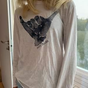 Långärmad tröja med tryck på, bra skick. Kommer från Pepe Jeans och köpt på Zalando. Storleken är xs/12. Pris kan diskuteras👌🏽