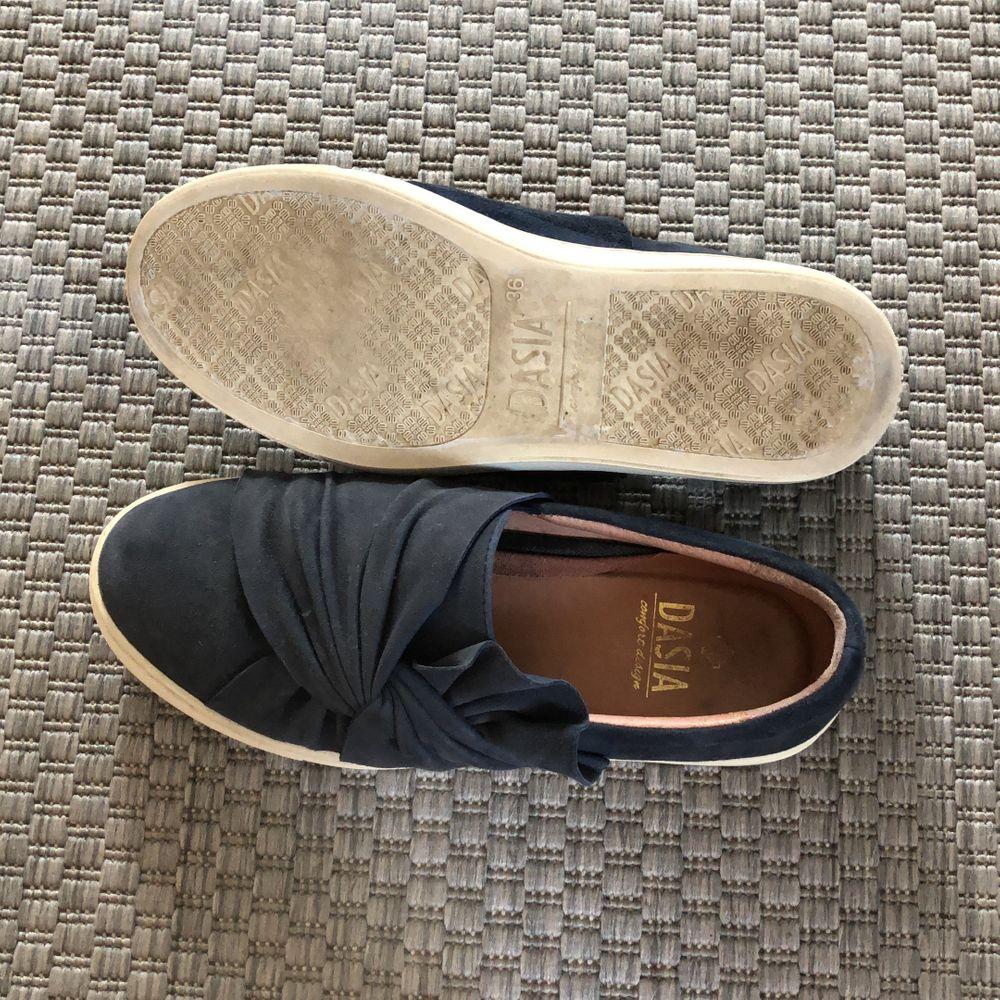 (GRATIS FRAKT) Fina marinblå slip-on sneakers från Dasia. Mycket fint skick då de inte är använda så mycket. Normal slitning på sulan:). Skor.