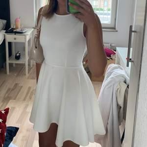 Säljer denna jättefina klänningen. Står storlek 38 på lappen men jag är vanligtvis en 36a och den passar mig perfekt. Sparsamt använd! 120kr+frakt💕 ( obs, Det ser ut som en fläck på klänningen vid magen men det är bara smuts på spegeln!!!)