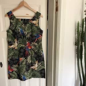 Vintage sommarklänning från Hawaii med djungelmotiv, papegojor, monstera och palmblad. Underbar ! En medium. 200kr