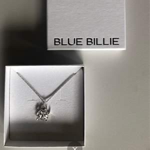 """Helt nytt halsband från Blue Bille. Kommer med kedjan """"sparkling chain"""" 45cm och deras klassiska berlock. Nypris för halsbandet är 590kr(kedjan) och 890kr(berlocken).  Sjukt coolt!"""