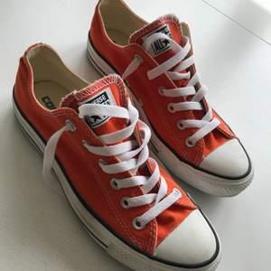Orange Converse skor, fint skick och knappt använda