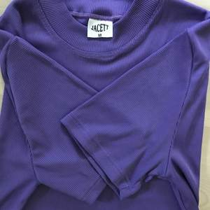 💜Retro t-shirt💜 T-shirten är köpt second hand med lite längre ärmar. Storlek M Frakten ingår i priset
