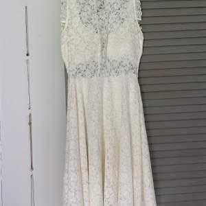 En jättefin klänning från bubble room. Är som ny, har bara använt den 1 gång. Sista bilden är hur den ser ut på baksidan. Den är gjord i ett stretchigt material, alltså är den inte obekväm utan sitter jättesnyggt och skönt på kroppen.