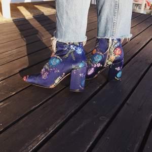Unika blommiga mörkblå boots i strl 36, köpta på zara. Helt oanvända!!! Väldigt bekväma pga tjock klack. Skickas mot frakt.