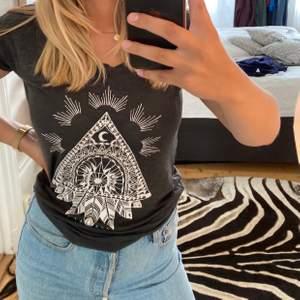 Asball t-Shirt från Billabong i toppskick, det står att det är stl. Xs men jag skulle säga att den passar XS-L, beroende på hur man vill att den ska sitta. Kan mötas upp i Stockholm annars står köparen för frakten