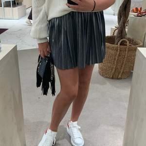 Silver glittrig kjol från weekday i storlek s🥰 om flera vill ha den vinner högst bud