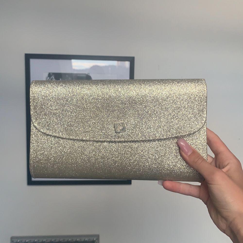 ✨En glittrig och fin lancome väska utan band✨. Väskor.