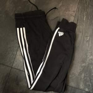 Skitsnygga Adidasbyxor!! Använda men bra skick! Får bra rumpa i dessa. Storlek xs/s