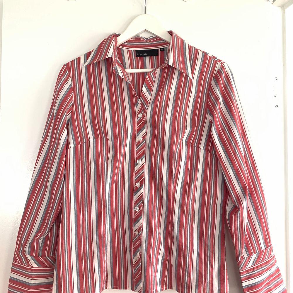 Skjorta som sitter figur tajt men med lite bredare armar. Skitsnygg med ett par najs jeans!!🙏. Skjortor.