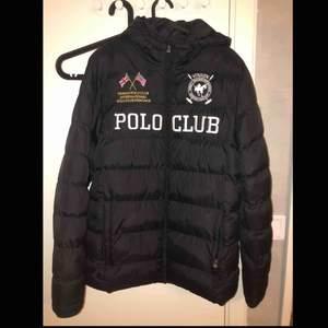 Säljer min vinson polo club jacka för bra pris. Använd  några gånger, 9/10 i skick. Kan gå ner i pris vid snabb affär