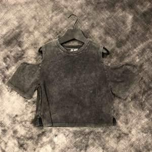 Kort t-shirt med bara axlar i svartgrå jeans liknande bomulls material. Super snygg till ett par svarta jeans 🖤
