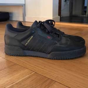 Svarta Adidas Yeezy Calabasas i strl 41,5  Köpta för 1,5 år sedan men inte använda på nio månader ungefär Skick: 6,5/10 (skrapmärken och några fläckar) Fler bilder finns Kan mötas i Stockholm annars betalar köparen för frakten har tyvärr ingen låda
