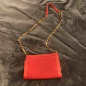Säljer min söta väska ifrån glitter. Säljer den för att den inte kommer till användning:( Använd typ 2 ggr. Möts upp i Uppsala/kanske Stockholm. Annars står köparen för frakt