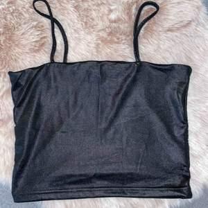 Oanvänt glansigt croppat linne från BikBok i storlek S 🌸