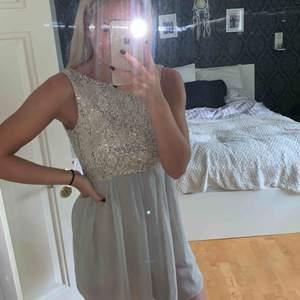 Jättefin klänning med paljetter upptill och öppen rygg! 200:- eller bud! Står ingen storlek i men skulle säga XS Köparen står för frakten! Endast Swish!