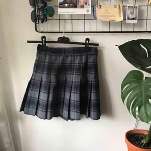 Jättefin kjol från American Apparel köpt här på Plick men har endast blivit använd av mig en gång sen dess. Fraktar mot porto 🌸