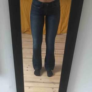 Bootcut jeans från Joes Jeans, knappt använd. Köpt några år sedan för $168. Passar bra på mig som är 165 cm. Köparen står för eventuell frakt. 🌸