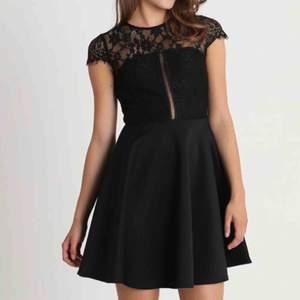 Jättefin svart klänning med spets. Använd endast en gång så är i väldigt bra skick! Köparen står för frakten💗