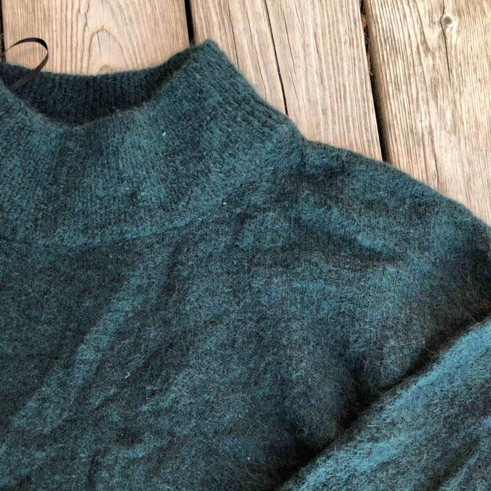 Gosig mörkgrön stickad tröja från hm som inte kommer till användning   Köparen står för frakt :). Tröjor & Koftor.