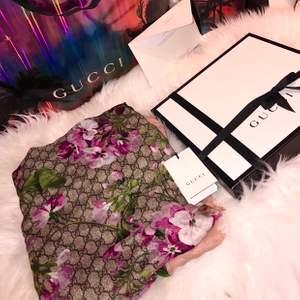 Helt ny Gucci scarf, box, påse och äkthetsbevis finns. Även elektroniskt kvitto. Köpt från Guccis hemsida. Fraktar och möts upp 😊