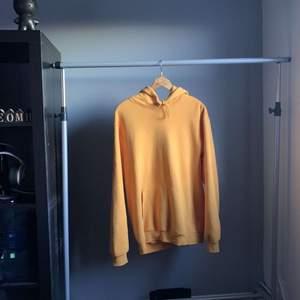 En oversized helförgad gul hoodie ifrån H&M. Använd få gånger, och därmed i väldigt bra skick.
