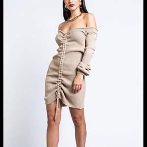Säljer min stickade klänning från Madlady i strl S då jag aldrig använder den. Använd ca 3 gånger. Väldigt mysig och bekväm, sitter toppen och framhäver fina former enligt mig💗 Nypris 370kr, jag säljer för 249kr💗