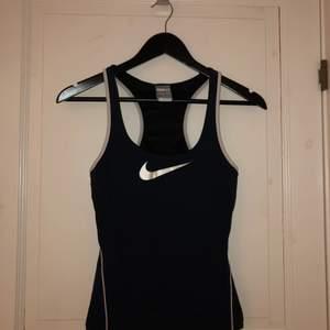 Träningslinne från Nike med inbyggd sport-bh. Inte så täckande fram och inte så mycket support för brösten.