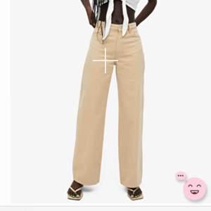 Beiga jeans från monki. Modellen YOKO. Använda fåtal gånger och är som i nytt skick! Storlek 28♥️ frakt tillkommer