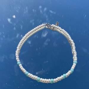 Säljer jätte fina handgjorda halsband!🥰💓 Spänne finns där bak!❤️ Finns i flera färger, titta i min profil för att se fler färger!💓 Ett halsband kostar 69kr❤️ Frakt 11kr💘