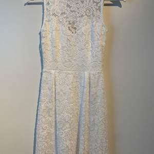 En superfin vit spetsklänning från Anna Field i storlek XS. Klänningen slutar lite ovanför knäna. Helt oanvänd med prislappen kvar. Säljs pågrund av att jag aldrig fick användning för den. Passar bra till både skolavslutning eller konfirmation.