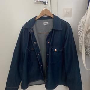 En slags overshirt/jacka i jeans från weekday, storlek L