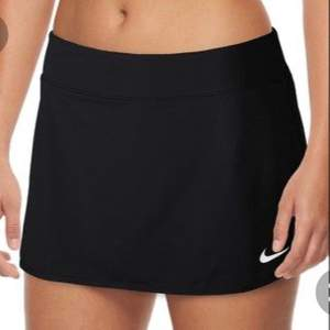 Säljer den här svarta nike tennis kjolen för 300kr exklusive frakt som ligger på 44kr✨Nike loggan har gått sönder lite men det mörkar man inte alls på avstånd. Storlek S😇 Hör av dig om du är intresserad eller buda i kommentarsfältet!!!