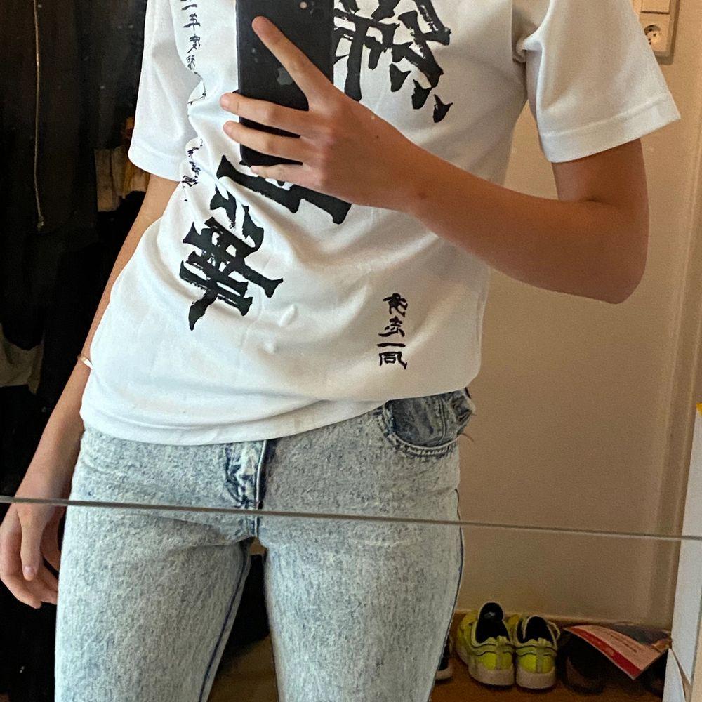 bra kvalitet, vit med svarta tecken, bekväm. inhandlat vintage från work shop i Saigon, Vietnam. T-shirts.