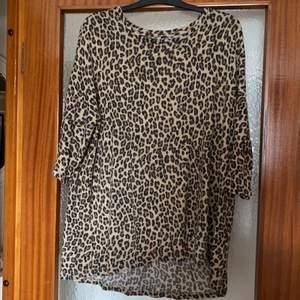 Leopard tunika i strl. L. Pris exkl. frakt, köparen står för frakten.