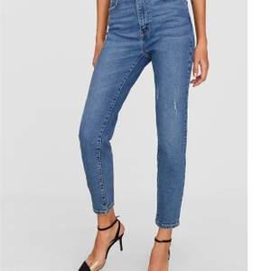 Säljer dessa superfina jeans från Stradivarius i storlek 36/small, på grund av att de var lite stora och inte satt lika fint på mig. Endast använda en gång! Köparen står för frakten