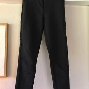 Svarta kostymbyxor ifrån Vila i strl 36/S. Knappt använda så de är som nya! Har revär på sidorna och slits nedtill (se bild 3)😁 passar perfekt till finare tillfällen! Frakt tillkommer📦
