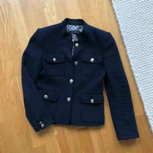 Mörkblå kort jacka från Zara med fina detaljer