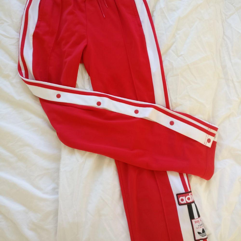 Adidas Adibreak,  Klarröda, strl S.  I princip nyskick! Köparen står för frakt. Nypris 700 Kr . Jeans & Byxor.