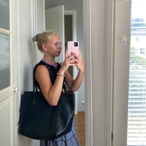 Stor och rymlig handväska från Hm. Lite avskavt på banden och i hörnen under väskan, därav ett lite lägre pris.