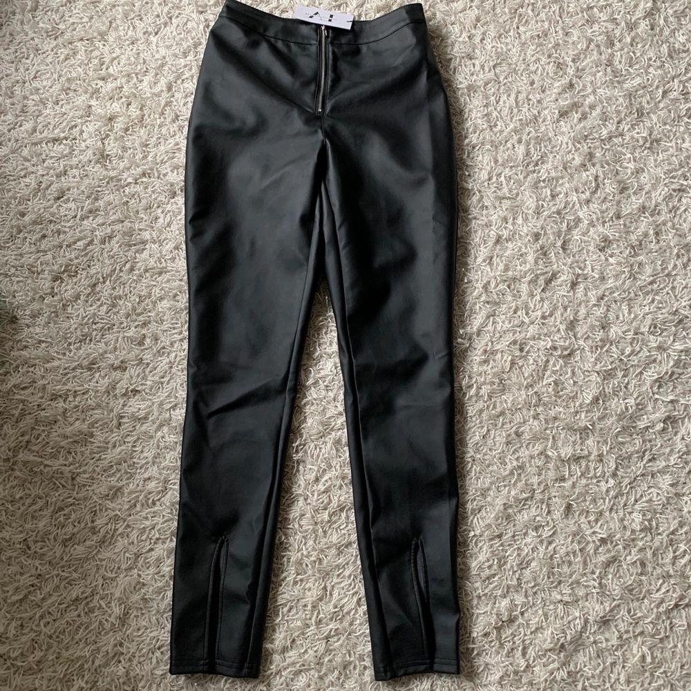 Coola skinnbyxor med slits från Linn AhlborgxNakd.  Helt oanvända, prislappen kvar! 300kr. Jeans & Byxor.