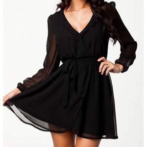 Svart v-ringad klänning från Nelly. Använd fåtal gånger, fint skick. Säljer denna pga för v-ringad för min smak tyvärr. Passar både XS/S💕💕